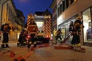 Der Atemschutztrupp macht sich für den Einsatz bereit. (Bild: Freiwillige Feuerwehr der Stadt Zug)