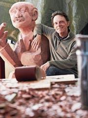 Stephan Schmidlin zeigt eine seiner Holzskulpturen, die allerdings nichts mit dem Eidgenössischen Schwing- und Älplerfest 2019 in Zug zu tun hat. (Bild: Jakob Ineichen (Cham, 8. März 2018))