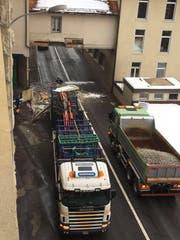 Der Lastwagen beschädigte die Unterführung. (Bild: Leserreporter)