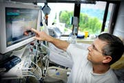 Ein Pfleger kontrolliert die Werte eines Patienten auf der Intensivstation im Kantonsspital Luzern. (Bild: Pius Amrein/Neue LZ)