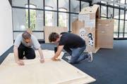 Lenz Bühler und Lucas Vibensky bereiten die Ausstellung vor. (Bild: Werner Schelbert (Zug, 28. August 2017))
