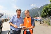 Walter Wappis (rechts) erklärt Francesc Zihlmann die Zufahrt zum Gelände. (Bild: Charly Keiser / Neue SZ)