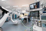Stefan Ockert (links), Co-Chefarzt Gefässchirurgie, zeigt den neuen Hybrid-Operationssaal am Luzerner Kantonsspital. (Bild: Eveline Beerkircher (Luzern, 1. März 2018))