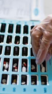 In solchen Dispensern werden Medikamente für die Einnahme vorbereitet. (Symbolbild: Gaetan Bally/Keystone)