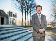 Der Wirtschaftshistoriker Harold James vor dem Swiss Re Centre for Global Dialogue in Rüschlikon. (Bild: Corinne Glanzmann (Rüschlikon, 16. März 2017))