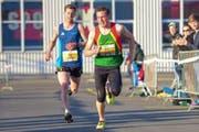 Lukas Arnold (rechts) sprintet vor Andreas Abächerli ins Ziel. (Bild: Yvonne Najer)