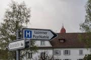 Wegweiser zur Luzerner Psychiatrie in St. Urban. Im Hintergrund die Türme des angrenzenden Klosters. (Bild: Pius Amrein)
