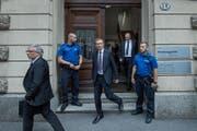 Beat Hess, Anwalt von Kripo-Chef Daniel Bussmann, sowie Polizeikommandant Adi Achermann und Kripo-Chef Daniel Bussmann beim Verlassen des Gerichtsgebäudes am Dienstagmorgen. (Bild: Pius Amrein (27. Juni 2017, Luzern))