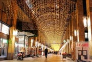 Festlich beleuchtet: die Mall des Metalli Centers. (Archivbild Werner Schelbert / Neue ZZ)