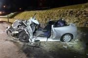 Die Lenkerin dieses Autos musste von der Strassenrettung aus dem Wrack befreit werden. (Bild: Luzerner Polizei (Ebnet, 10. März 2018))
