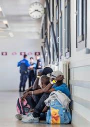 Migranten bei der Grenzkontrolle in Chiasso. (Bild: Keystone)