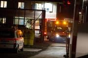 Der Einsatz ist zu Ende: Sanitätsfahrzeuge verlassen das Areal. (Bild: Maria Schmid / Neue Zuger Zeitung)