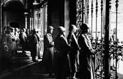 Soldaten bewachen während des Generalstreiks hinter verschlossenen Gittertüren das Bundeshaus. (Bild: Keystone)