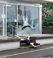 Tänzerin Irina Lorez performt vor dem Coiffeurladen. (Bilder: Eliane Rutishauser/PD (9. September 2017))