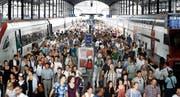 Gedränge auf einem Perron im Bahnhof Luzern. Bild: Manuela Jans-Koch (Luzern, 23. Juli 2015)