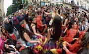 Bunt gekleidete Tänzerinnen und Tänzer am Welt-Roma-Festival in Prag. (Bild: MichalxDolezal/Imago (3. Juni 2016))