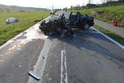 Ein Fahrzeug steht in der Wiese, das andere völlig demoliert auf der Strasse. (Bild: Luzerner Polizei)