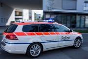 Die Zuger Polizei ist mit Blaulicht unterwegs zu einem Einsatzort. (Symbolbild) (Bild: Keystone)