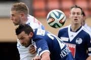 Der FC Luzern taucht. Xavier Hochstrasser im Kopfballduell mit Lausannes Yoric Ravet. (Bild: Keystone)