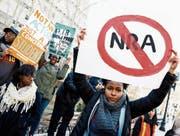 Zehntausende Schüler und Schülerinnen protestierten gestern gegen Waffengewalt und die NRA. (Bild: Justin Lane/EPA (New York, 14. März 2018))