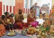 Bei der Einweihungszeremonie für den Tempel in Emmenbrücke wurden zahlreiche Opfergaben dargebracht. Sogar Ganges-Wasser fehlte nicht.