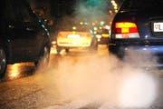 Für Autos mit hohem CO2-Ausstoss sollen die Halter künftig höhere Steuern bezahlen. Für Autos mit hohem CO2-Ausstoss sollen die Halter künftig höhere Steuern bezahlen. (Symbolbild Neue LZ)