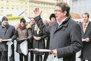 SVP-Praesident Albert Roesti, SVP-BE, eroeffnet die Unterschriftensammlung fuer ein Referendum gegen die Energiestrategie 2050, welche vom Parlament verabschiedet wurde, am Rand er der Wintersession der Eidgenoessischen Raete, am Montag, 28. November 2016, in Bern. (KEYSTONE/Anthony Anex) (Bild: Anthony Anex / Keystone (Bern, 28. November 2016))