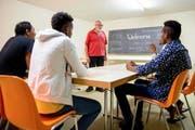 Er setzt sich freiwillig für die Asylbetreuung ein: Hans Steiner unterrichtet Deutsch in der Asylunterkunft in Meggen. (Bild: Philipp Schmidli / Neue LZ)