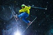 Coolness, Style und jede Menge Schnee: Ein Ski-Freestyler demonstriert am Himmel über Sörenberg sein Können. (Bild: Dominik Wunderli)