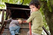 Zwei Kinder spielen auf dem Spielplatz im Vögeligärtli. (Archivbild Adrian Baer/Neue LZ)