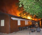 Der Dachstuhl des Vereinslokals in der Chamerstrasse brannte am Morgen lichterloh. (Bild: Zuger Polizei)