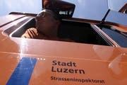Ein Arbeiter der Abfallentsorgung blickt aus seinem Nutzfahrzeug. (Archivbild Esther Michel/Neue LZ)