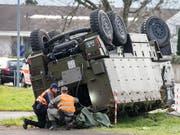 Noch ist unklar, wie es zum Unfall mit dem Duro der Schweizer Armee am Dienstag in Schwyz kam. Die Verletzten dürften alle im Verlauf des Mittwochs das Spital verlassen können. (Bild: KEYSTONE/ALEXANDRA WEY)