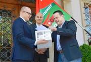 Staatsschreiber Mathias Brun, SVP-Sekretär Roland Lutz und Parteipräsident Xaver Schuler (von links) bei der Übergabe der Unterschriften. (Bild Bert Schnüriger)