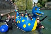 Der Sportclub Aare mit Nessi als Schwimmhilfe startet beim Naturmuseum und lässt sich die Reuss hinabtreiben. Das Bild stammt aus dem Jahr 2014. (Bild Dominik Wunderli)