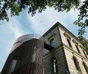 Elegant, formschön, massiv und filigran zugleich: Die 2004 installierte Fluchttreppe – mit patinierten Bronzestäben verkleidet – ergänzt das klassizistische Regierungsgebäude durch ihre Gegensätzlichkeit.