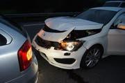 Motorhaube eingedrückt: eines der drei Fahrzeuge, die beim Überholen ineinander fuhren. (Bild Zuger Polizei)