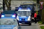 Nach dem Anschlag vom Dienstag eskortierten am Mittwochabend Polizeiautos den Team-Bus des BVB zum Spiel gegen AS Monaco. (Bild: EPA/SASCHA STEINBACH)