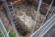 Links: Das bei Aushubarbeiten entdeckte Fundament des 500 Jahre alten Anbaus des Franziskanerklosters. Rechts: Ausschnitt aus dem Schumacher-Stadtplan von 1792 mit dem Franziskanerkloster und dem Anbau (dunkelrot markiert). (Bild Roger Grütter/Plan PD)