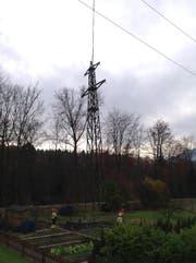 Alte CKW Stromleitungsmasten (110kv) werden ausgeflogen. (Bild: Leserbild Lukas Bannwart)