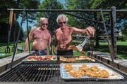Edi Eichenberger (links) und Urs Schwander grillieren fast jeden Mittag im Schwimmbad Hasenburg. (Bild: Philipp Schmidli (Willisau, 20. Juni 2017))