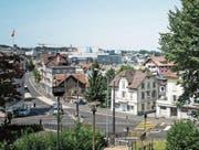 Links: Reussbühl und Emmenbrücke mit der namensgebenden Holzbrücke um 1900. Rechts: Reussbühl heute, im Hintergrund der Seetalplatz mit dem Kino Maxx. (Bilder: ZHB Luzern Sondersammlung; Roger Grütter (19. Juli 2017))