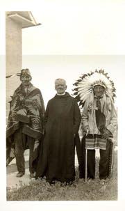 Katholische Missionare mit Indianern im Reservat Standing Rock, genaues Datum unbekannt.