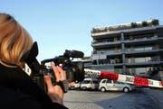 Eine Reporterin filmt den Tatort beim Penthouse am Eschenring in Zug. (Bild Werner Schelbert)