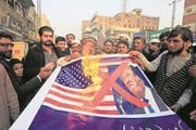 Pakistani traders protest against U.S. President Donald Trump in Peshawar, Pakistan, Friday, Jan 5, 2018. A senior Pakistani senator has expressed disappointment at the U.S. decision to suspend military aid to Islamabad, saying it will be detrimental to Pakistani-U.S. relations. Nuzhat Sadiq, the chairwoman of the Senate Foreign Affairs committee in the upper house of parliament, says Islamabad can manage without the United States as it did in the 1990s, but would prefer to move the troubled relationship forward.(AP Photo/Muhammad Sajjad) (Bild: Muhammad Sajjad / Keystone / AP (Peschawar, 5. Januar 2018))