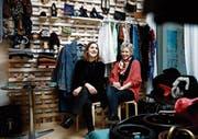 Romana Lischer (links) und Ariane Landtwing haben direkt beim Zuger Bahnhof den ersten Flohmarkt im Kleinformat organisiert. (Bild: Stefan Kaiser (24. Februar 2018))