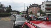 Stau in Kriens: Wartende Autos auf der Arsenalstrasse. (Bild: Ramona Geiger / Luzernerzeitung.ch)