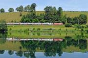 Ein Interregio der SBB fährt auf der Strecke zwischen Zürich und Luzern am Luzerner Rotsee vorbei. (Bild: Keystone)