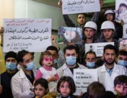 Bewohner der syrischen Stadt Duma zeigen Solidarität mit den Opfern des Gasangriffs von Idlib. (Bild: Mohammed Badra/EPA (Duma, 5. April 2017))