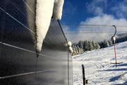 Solar-Panels am Betriebsgebäude des Skilift Brunni produzieren die für den Zauberteppich nötige Energie (Bild: PD)